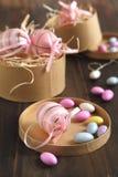 Wielkanocni jajka i cukier pokrywali cukierków jajka w prezenta papierowym pudełku obrazy royalty free