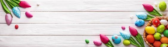 Wielkanocni jajka i Dekoracyjni tulipany Fotografia Stock
