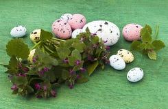 Wielkanocni jajka i Dzicy kwiaty zdjęcie stock