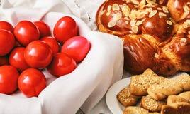Wielkanocni jajka i grecki tsoureki na stole zdjęcie royalty free