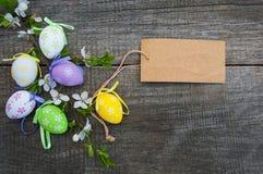 Wielkanocni jajka i kartka z pozdrowieniami Zdjęcie Royalty Free