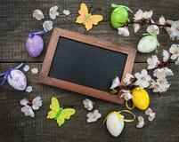 Wielkanocni jajka i kartka z pozdrowieniami Fotografia Royalty Free