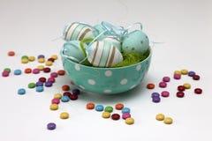 Wielkanocni jajka i kolorowi cukierki Zdjęcie Stock