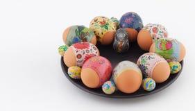 Wielkanocni jajka i królik na czarnym talerzu Obraz Stock