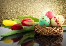 Wielkanocni jajka i kwiaty Obrazy Royalty Free