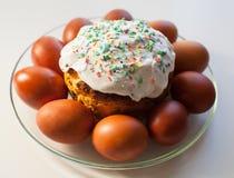 Wielkanocni jajka i wielkanoc torty na stole Obrazy Royalty Free