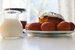 Wielkanocni jajka i wielkanoc torty na stole Fotografia Stock