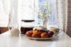 Wielkanocni jajka i wielkanoc torty na stole Fotografia Royalty Free
