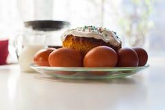 Wielkanocni jajka i wielkanoc torty na stole Obraz Stock