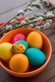 Wielkanocni jajka i wierzbowy drzewo Zdjęcia Royalty Free