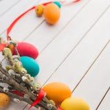 Wielkanocni jajka i wierzbowy drzewo Fotografia Stock