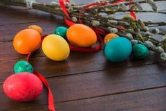 Wielkanocni jajka i wierzbowy drzewo Fotografia Royalty Free