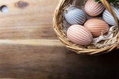Wielkanocni jajka, kolorowe Wielkanocne dekoracje w koszu zdjęcie royalty free