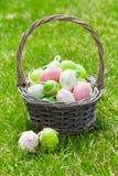 Wielkanocni jajka koszykowi na trawie Zdjęcie Royalty Free