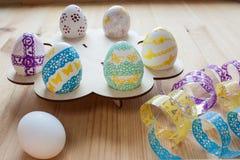 Wielkanocni jajka malowali na drewnianym stojaku, frontowy widok Obraz Royalty Free