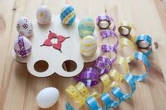 Wielkanocni jajka malowali na drewnianym stojaku, odgórny widok Zdjęcie Royalty Free