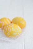 Wielkanocni jajka malujący w pastelowych kolorach Zdjęcia Royalty Free