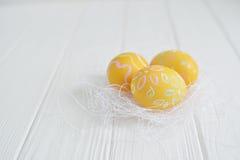 Wielkanocni jajka malujący w pastelowych kolorach Obrazy Royalty Free