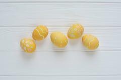 Wielkanocni jajka malujący w pastelowych kolorach Zdjęcia Stock