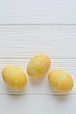Wielkanocni jajka malujący w pastelowych kolorach Zdjęcie Royalty Free
