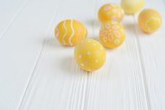 Wielkanocni jajka malujący w pastelowych kolorach Obrazy Stock