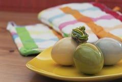 Wielkanocni jajka na żółtym pucharze Obrazy Royalty Free