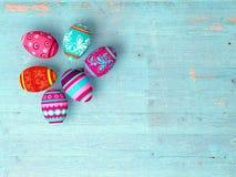 Wielkanocni jajka na drewnianym stołowym tle obrazy royalty free