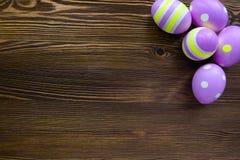 Wielkanocni jajka na drewnianym tle Obrazy Royalty Free