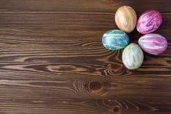Wielkanocni jajka na drewnianym tle Zdjęcia Stock