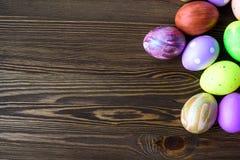 Wielkanocni jajka na drewnianym tle Zdjęcia Royalty Free