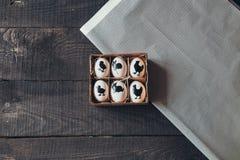 Wielkanocni jajka na drewnianym tle Odgórny widok Fotografia Stock
