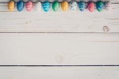 Wielkanocni jajka na drewnianym tle Pastelowi kolorowi Easter jajka Zdjęcia Stock