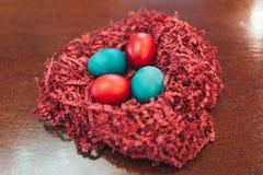 Wielkanocni jajka na drewnianym tle w gniazdeczku zdjęcie royalty free