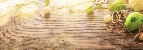 Wielkanocni jajka na drewnianym tle zbliżenie Obrazy Royalty Free
