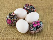 Wielkanocni jajka na grabić Zdjęcia Royalty Free