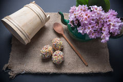 Wielkanocni jajka na jutowym z garnkiem pełno kwiaty Obrazy Royalty Free