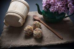 Wielkanocni jajka na jutowym z garnkiem pełno kwiaty Fotografia Royalty Free