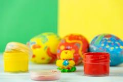 Wielkanocni jajka na multicolor drewnianym tle z farbami i muśnięciem zdjęcia royalty free