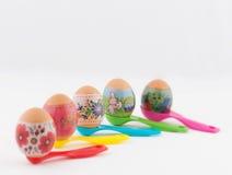 Wielkanocni jajka na pomiarowych łyżkach Fotografia Royalty Free