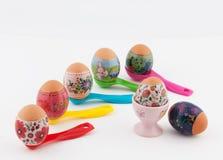Wielkanocni jajka na pomiarowych łyżkach i białym tle Fotografia Stock