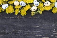 Wielkanocni jajka na starym ciemnym drewnianym tle obrazy stock