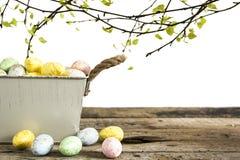 Wielkanocni jajka na starym drewnianym stole odizolowywającym na białym tle Zdjęcia Stock