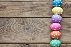 Wielkanocni jajka na starym drewnianym tle Odgórny widok Zdjęcia Stock