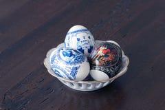 Wielkanocni jajka na stole Obrazy Royalty Free
