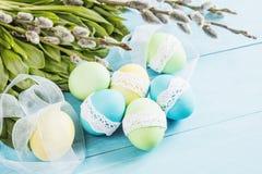 Wielkanocni jajka na stole Zdjęcia Royalty Free