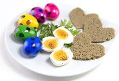 Wielkanocni jajka na talerzu z chlebem i zieleniach, rejestracja naczynie dla wakacje wielkanoc zdjęcie royalty free