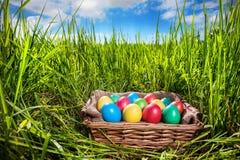 Wielkanocni jajka na trawie Fotografia Royalty Free