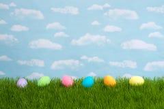 Wielkanocni jajka na trawie, nieba tło Zdjęcia Royalty Free