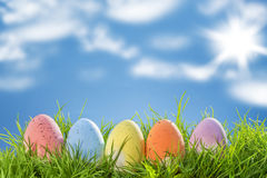 Wielkanocni jajka na trawie, niebieskie niebo Obrazy Royalty Free