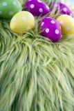 Wielkanocni jajka na zielonej poduszce fotografia royalty free
